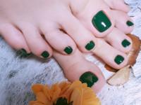 Зеленый педикюр — узнайте о всех плюсах зеленого цвета а также как сделать красивый маникюр в зеленых тонах в этом обзоре на фото!