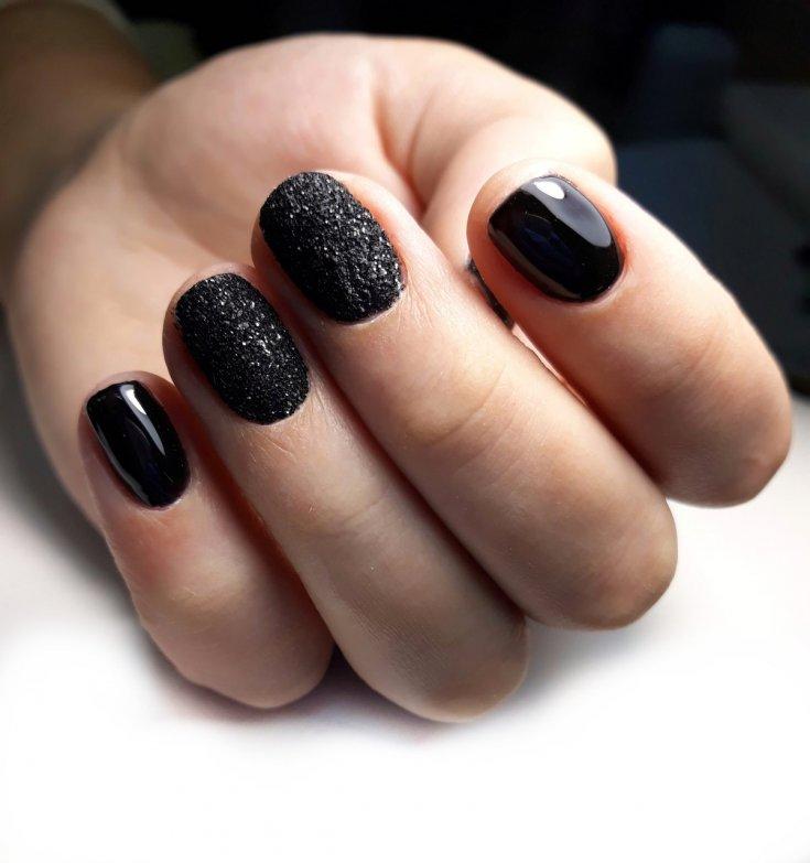 Праздничный маникюр с черным цветом