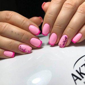 Маникюр в розовых тонах с рисунком